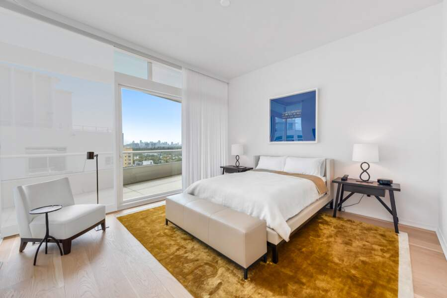 Les chambres, très lumineuses, ont de grandes baies vitrées