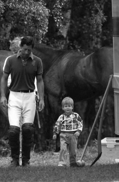 Le prince Harry et son père le prince Charles lors d'un match de polo en 1987