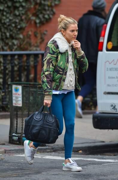 Avec sa colo contrastée Sienna Miller, toujours à la pointe des tendances capillaires, met en valeur son bun.