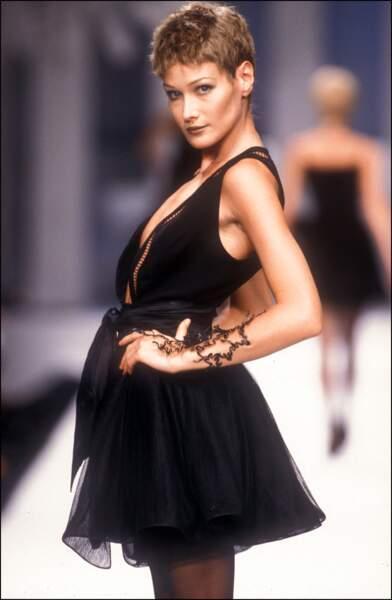 Carla Bruni et sa coupe pixie châtain clair, au défilé Claude Montana en 1994 à Paris