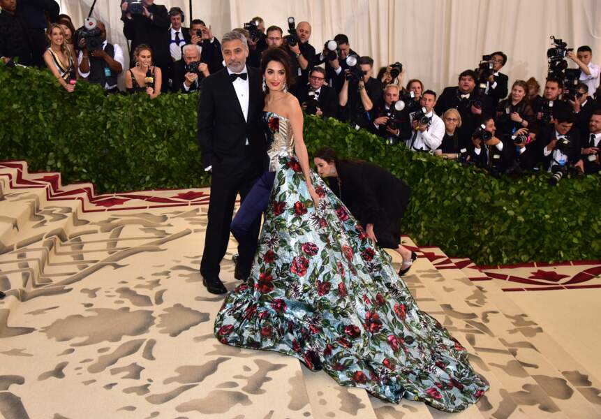 Pour son premier gala du Met, Amal Clooney fait sensation avec George Clooney dans une robe à traîne incroyable
