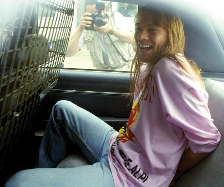 Axl Rose menotté dans un véhicule de police lors de son arrestation en 1992