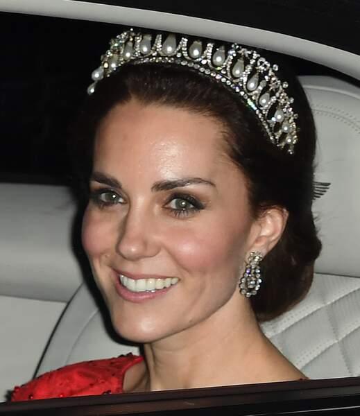La duchesse de Cambridge porte ici le Cambridge Lover's Knot...