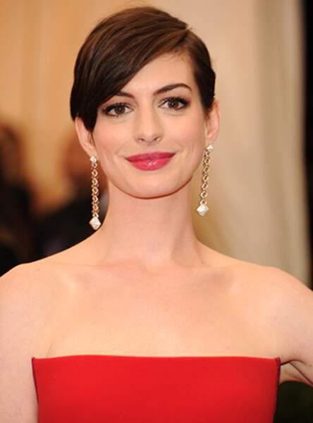 La coupe garçonne avec mèche d'Anne Hathaway