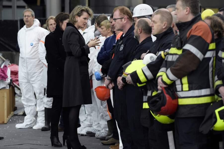 La reine Mathilde avec les pompiers belges