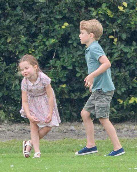 Les enfants de Kate et William s'amusent au foot
