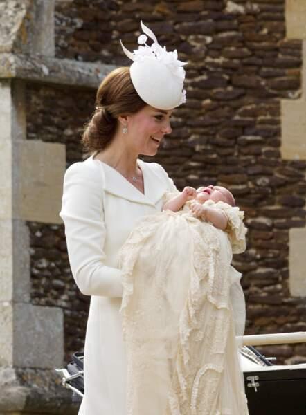 Kate Middelton et la petite princesse, avant qu'elle ne se fasse baptiser selon les rites de l'église anglicane