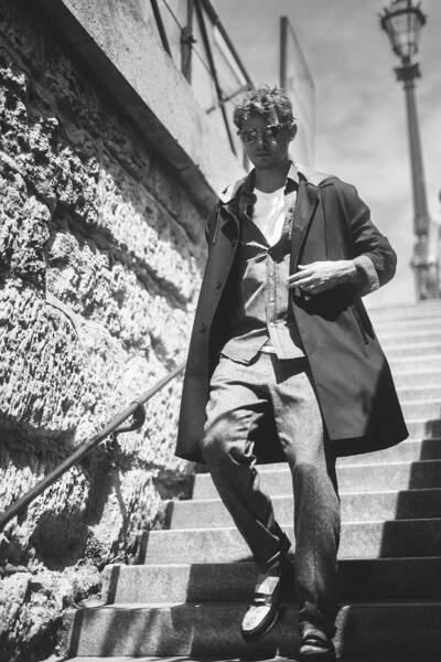 Niels Schneider porte la chemise en jean avec décontraction, pour une silhouette dans l'air du temps.