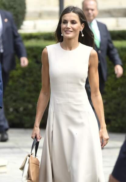 La reine Letizia d'Espagne très chic dans une tenue crème et un sac à mains Carolina Herrera