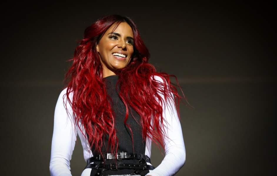 """Coloration rouge pour un look flamboyant : la métamorphose de Shy'm pour son """"Paradoxal Tour"""" en 2015"""