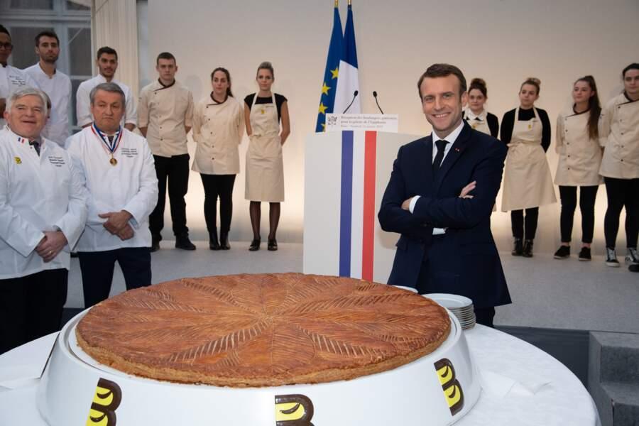 """Cette """"petite"""" galette des rois a redonné le sourire à Emmanuel Macron"""