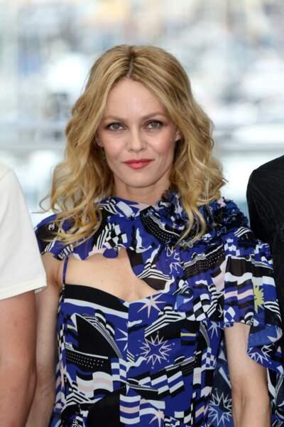 Vanessa Paradis très élégante en robe bleue signée Chanel Cruise
