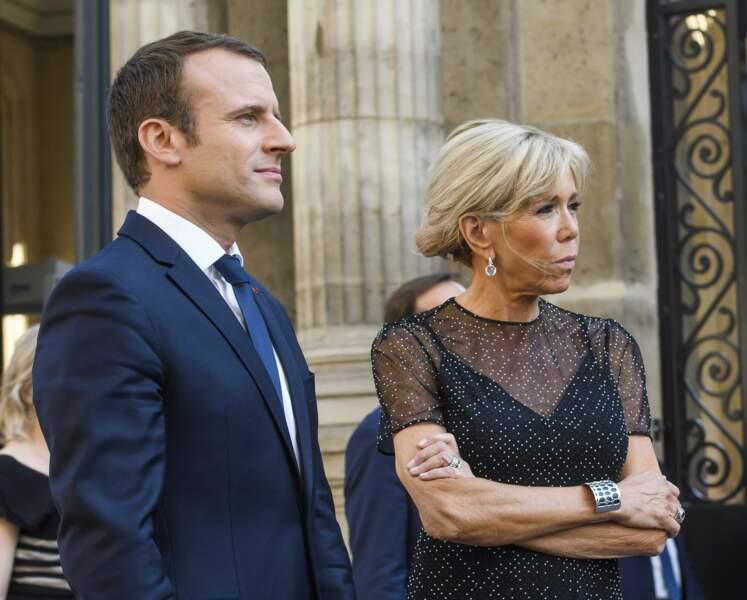 Pour l'occasion, Brigitte Macron avait opté pour l'occasion pour une estivale petite robe noire