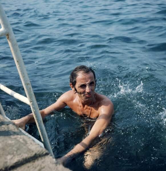 Le chanteur français Charles Aznavour en bain de mer, en 1972.