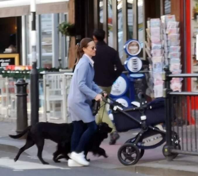 Pippa Middleton, avec son fils Arthur né le 15 octobre 2018, dans les rues de Londres, le 25 mars 2019