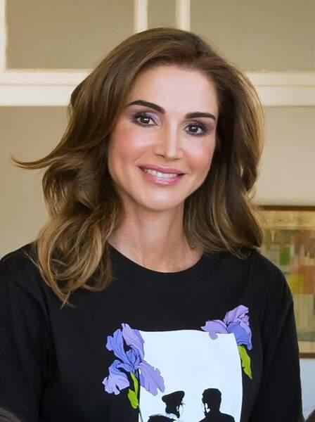 Rania de Jordanie n'est pas passée inaperçue avec ce t-shirt à l'effigie de son mari et de son fils