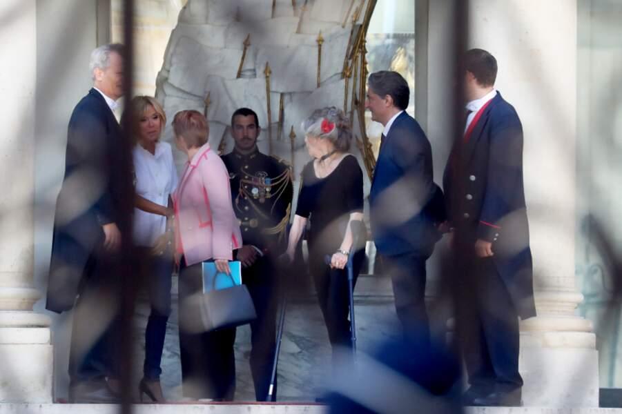 Brigitte Macron raccompagne ses invitées et salue Laurence Parisot, l'ex présidente du Medef