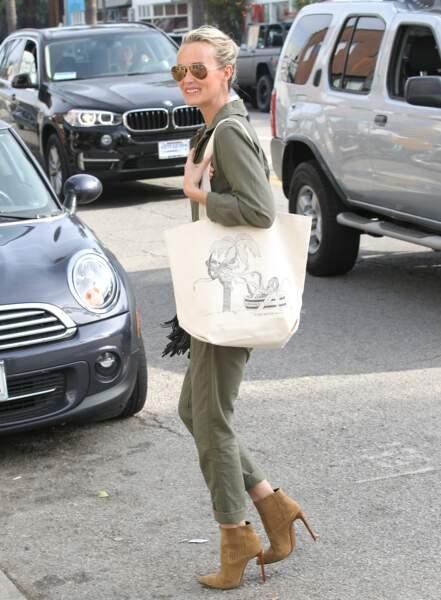 Laeticia Hallyday en combinaison kaki, boots camel Saint Laurent et tot bag XL à Venice, le 1er février 2015