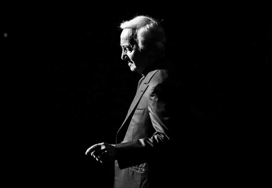 Charles Aznavour se produit sur scène au Royal Albert Hall le 3 novembre 2015 à Londres, en Angleterre. À 91 ans, A
