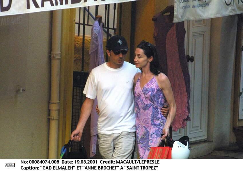 Gad Elmaleh profite du soleil de St Tropez avec Anne Brochet en 2001