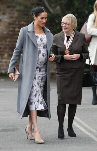 Meghan Markle radieuse en manteau Brock Collection et escarpins gris