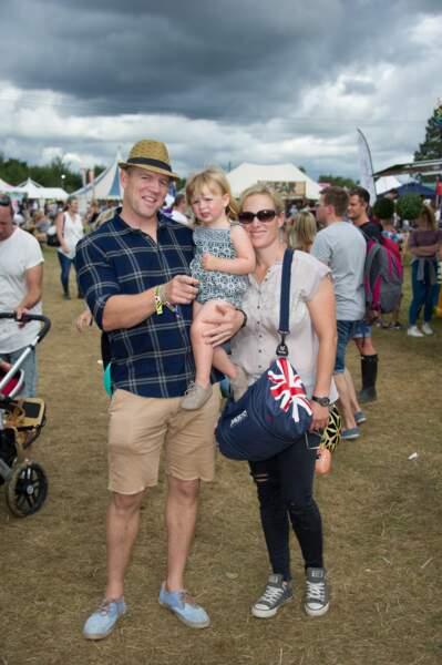 Mia dans les bras forts de son papa, l'ex-rugbyman Mike Tindall