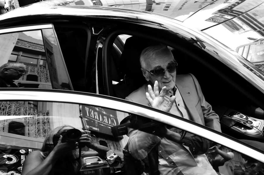 Le sénateur Kevin de Leon a décerné le titre de porte-parole honoraire du chanteur Charles Aznavour au Pantages