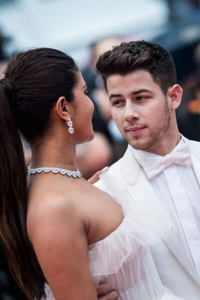 Nick Jonas, un jeune marié tout de blanc vêtu, au bras de son épouse Priyanka Chopra, le 18 mai 2019 à Cannes
