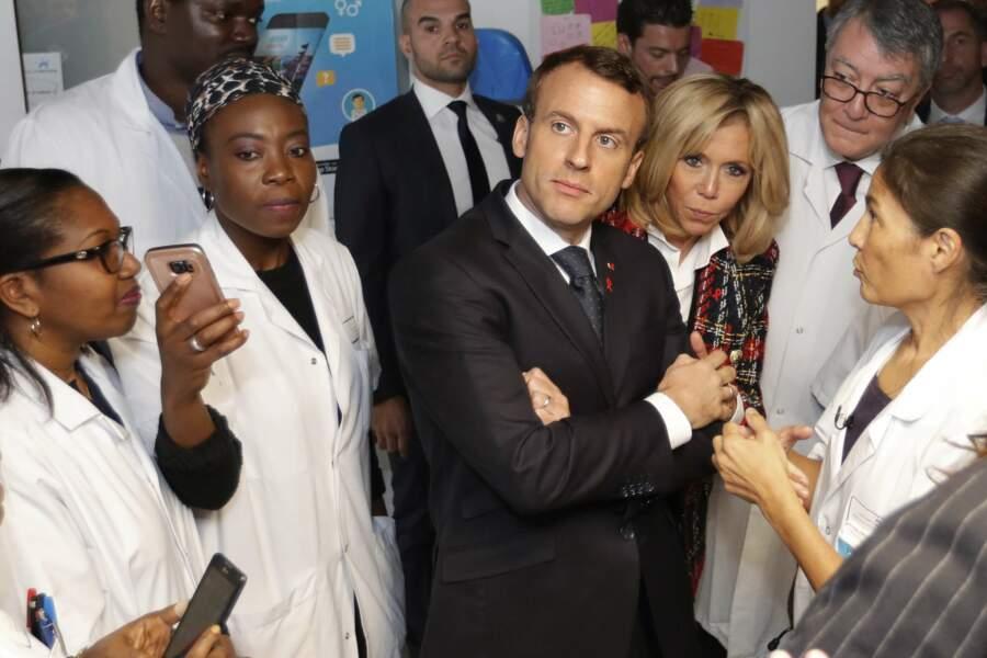 Brigitte Macron en slim et blazer signé Balmain arrive à l'hôpital de St-Denis
