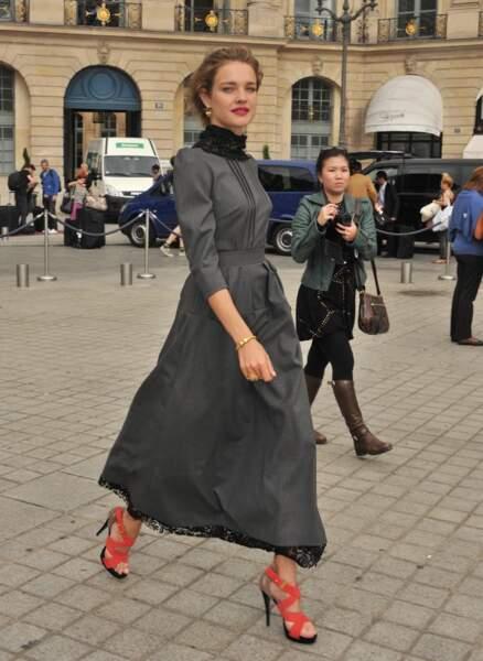 Presque incognito, Natalia Vodianova rejoint sa chambre au Ritz