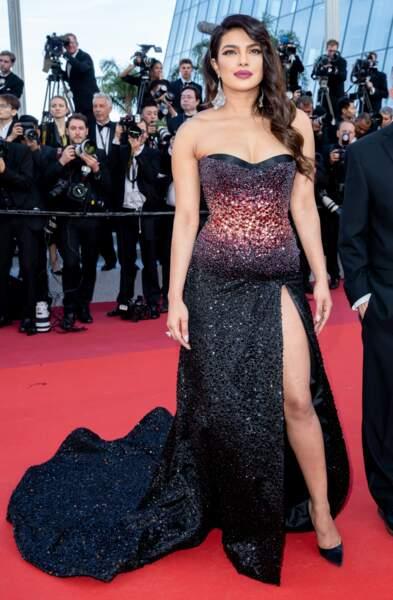 Priyanka Chopra était éblouissante dans une robe longue noire très fendue