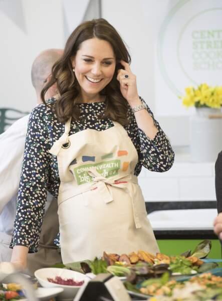 Kate Middleton assiste aux préparatifs du grand déjeuner pour le Commonwealth le 22 mars 2018