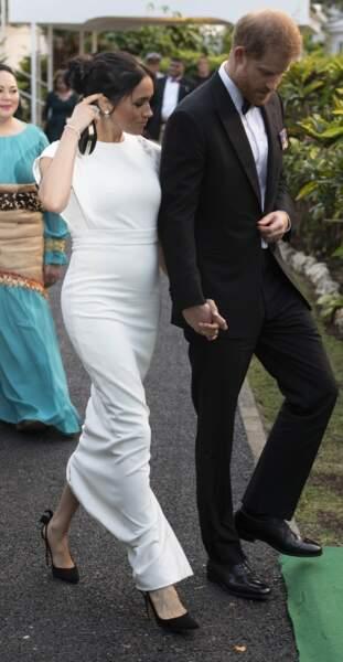 Meghan Markle en robe blanche qui marque son ventre  le 25 octobre 2018.