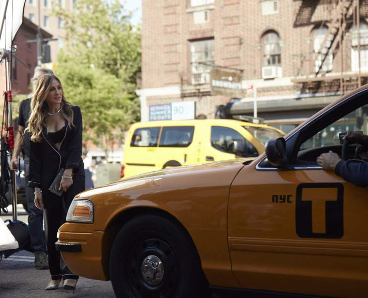 Sarah Jessica Parker en brassière et pyjama dans les rues de Manhattan pour Intimissimi