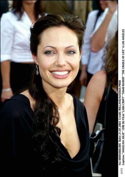 """Angelina Jolie, resplendissante lors de la première de """"Tomb Raider, le berceau de la vie"""" en 2003 à Los Angeles"""