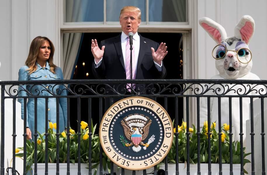 Melania Trump ravissante avec une robe bleue ciel signée Michael Kors qui souligne sa peau hâlée