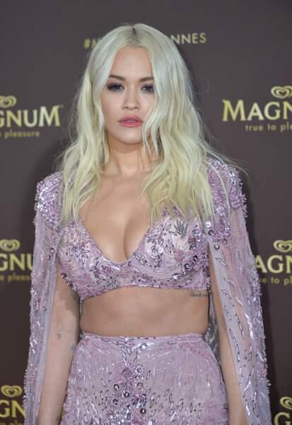 """Rita Ora affiche un beau décolleté au photocall de l'after party """"Magnum x Rita Ora"""" s"""