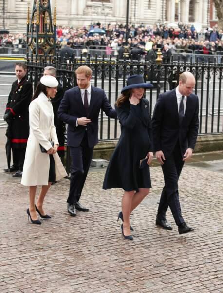 "Les "" Fab Four "" arrivent : Meghan Markle en blanc, Kate Middleton en bleu"