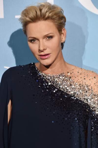 La princesse Charlène de Monaco très hollywoodienne avec sa coupe courte brushée et sa robe-cape