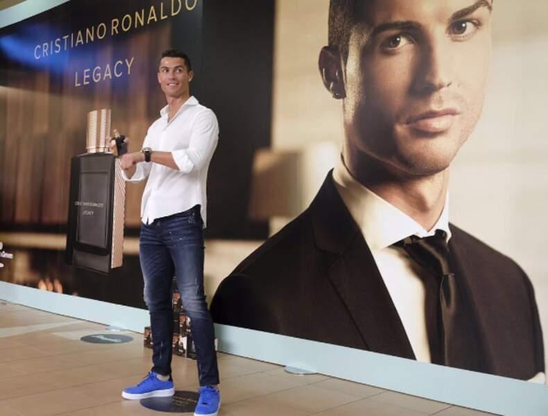 """En chair et en Os pour promouvoir son parfum """"Ronaldo Legacy"""""""