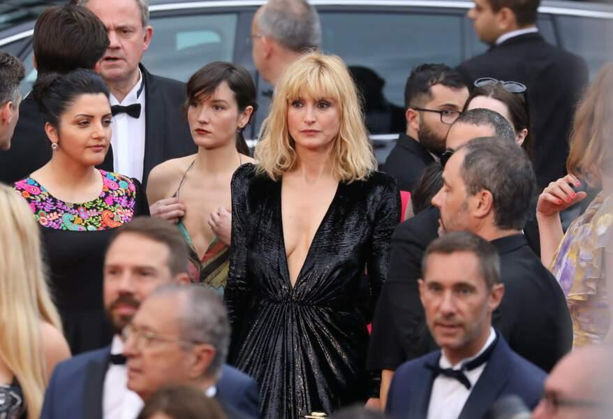 """Quelques heures plus tôt, Julie Gayet participait à la montée des marches du film """"A Hidden Life"""""""