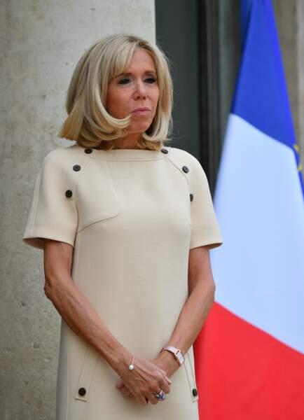 Brigitte Macron portait également une montre, assortie à sa tenue