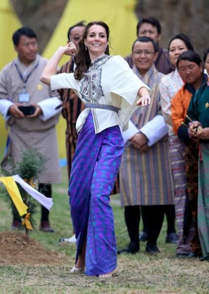 Princesse Kate radieuse dans son kira bhoutanais, très à l'aise pour les activités locales