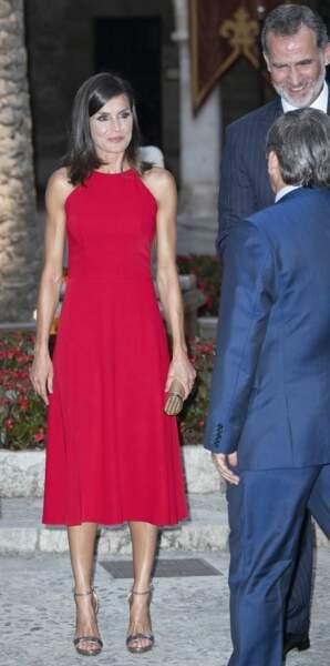 Letizia d'Espagne portait également une minaudière de sa marque favorite : Carolina Herrera
