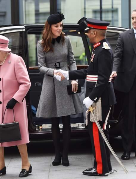 """Kate Middleton et Elizabeth II inaugurent très élégantes la ré-ouverture de la """"Bush House"""" à Londres le 19 mars"""