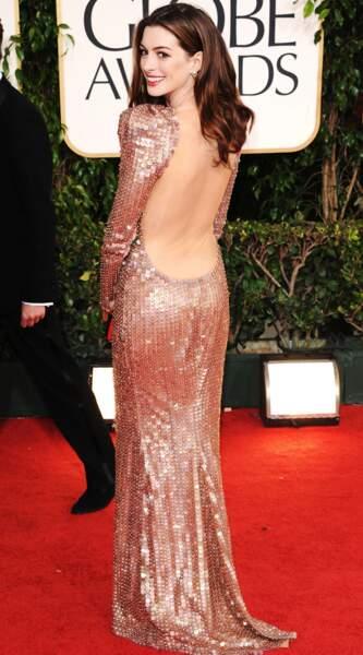 Anne Hathaway casse avec son image de fille sage dans cette robe dos-nu Armani Privé