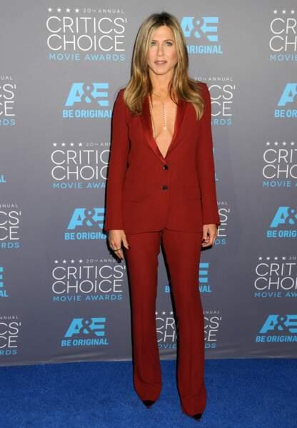 Jennifer Aniston laisse paraître sa féminité dans un smoking rouge