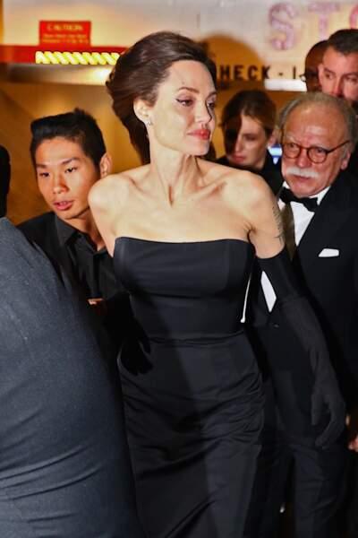 La star Angelina Jolie est apparue très en beauté dans une robe fourreau noire et blanche
