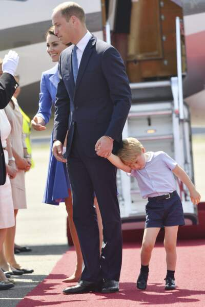 Le prince George, fatigué, tient la main de son papa le prince William