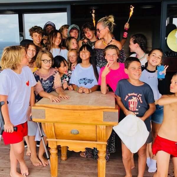 Jade Hallyday est entourée de ses amis pour son 14e anniversaire.